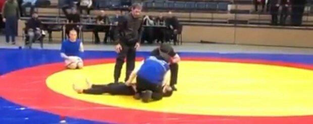 Боец сломал шею на соревнованиях в России, пугающие кадры: парализовало руки и ноги