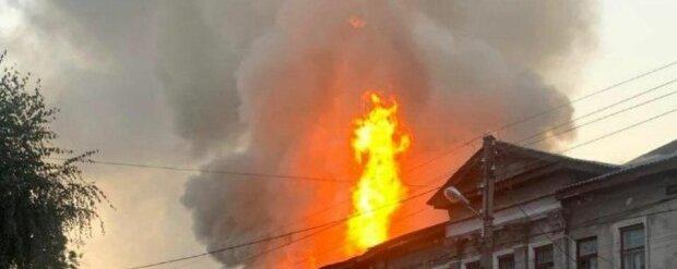 Мощный пожар вспыхнул в жилом доме Харькова, есть погибшие: кадры ЧП