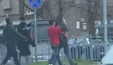 Так и не дождалась помощи: банда воров обчистила киевлянку на глазах у прохожих, видео