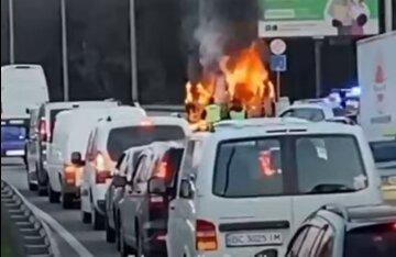 Піднявся стовп полум'я: НП у Києві, злетілися рятувальники і швидкі, відео з місця подій