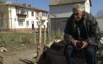 """""""Сначала меня, а потом собаку"""": 75-летнего украинца выгнали из дома на старости лет, кадры"""