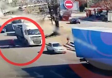 """""""Протащил женщину несколько метров"""": момент жуткой аварии с фурой в Днепре попал на видео"""