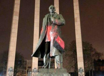 """У Львові облили фарбою пам'ятник Бандері, суд виніс вирок: """"чотири роки ув'язнення і..."""""""