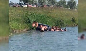 Мажор отправил на дно озера авто под Днепром: вытягивали всем пляжем, видео