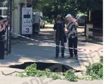 Прірва утворилася посеред вулиці в Одесі, асфальт пішов під землю біля зупинки: кадри НП