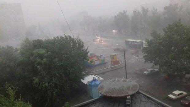 Потужні зливи накоїли лиха в будинках харків'ян: кадри наслідків