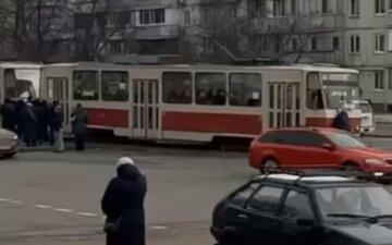 """Киянин перекрив собою шлях трамваю на знак протесту проти карантину: відео """"акції"""""""