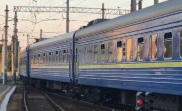 """ЧП с поездом """"Укрзализныци"""": с колеи сошло сразу четыре вагона, другие рейсы задерживаются"""