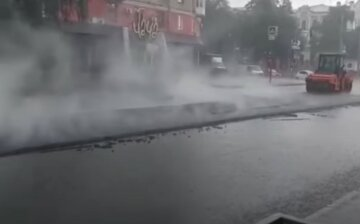 """""""Асфальт, який ми заслужили"""": у Харкові під час зливи ремонтували дороги, відео"""