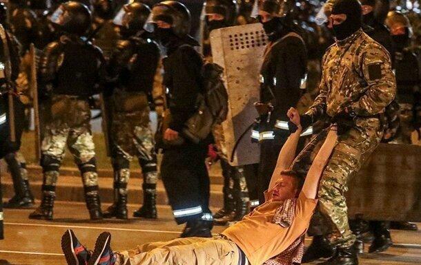 """Роздягають і б'ють кийками: міліції Білорусі дали повний карт-бланш, людей забирають в """"тортурні"""""""
