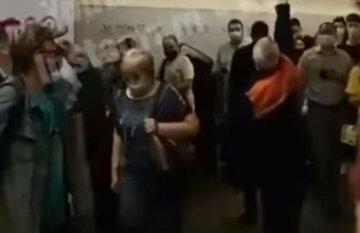 Огонь разгорелся в киевском метро, пожар пришлось ликвидировать шваброй: кадры с места