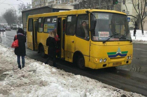 У Києві водій маршрутки переїхав дівчину і втік: подробиці НП