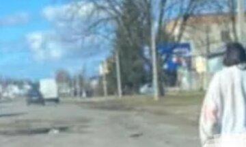 """На Закарпатті жінка зняла з себе одяг і пішла вздовж дороги: водії відобразили """"явище"""" на камеру"""