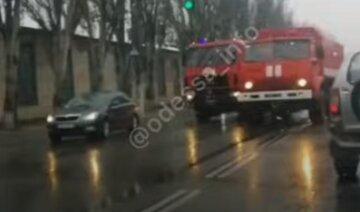 """Пожарные машины попали в аварию в Одессе, видео ДТП: """"спешили на вызов"""""""