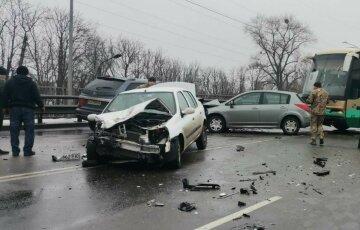 Дев'ять машин зіткнулися на трасі під Києвом, без дива не обійшлося: кадри з місця масштабної аварії