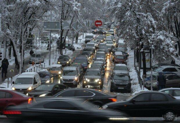 Транспортний колапс охопив Київ, майже все місто стоїть: де не проїхати