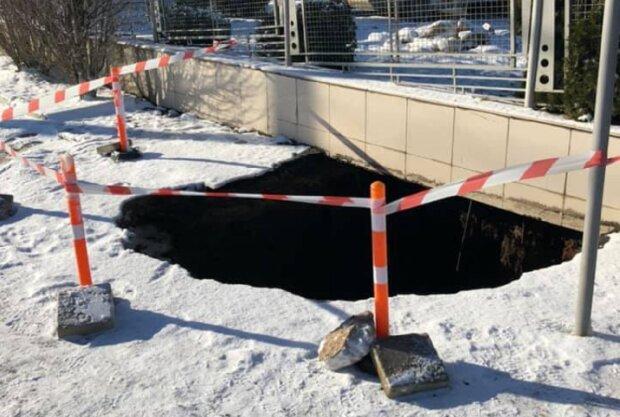 """Одеситка з дитиною провалилася в яму, кадри НП: """"гуляла з коляскою по тротуару"""""""