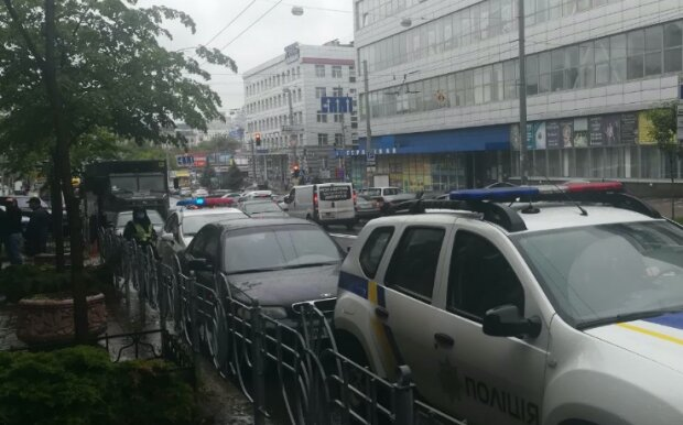 В центр Киева срочно стянули военную технику и полицию: первые фото и подробности происходящего