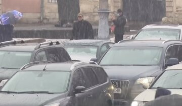 Холодний циклон несе зливи в Україну: якою буде погода до Вербної неділі