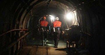 """Мощный взрыв на шахте: люди оказались """"в заложниках"""" под землей, кадры ЧП"""