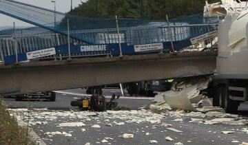 В Англії впав пішохідний міст (фото)