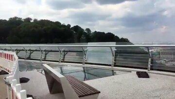 """Стеклянный мост Кличко снова """"устал"""", появились фото:  """"Весь ходуном ходит"""""""
