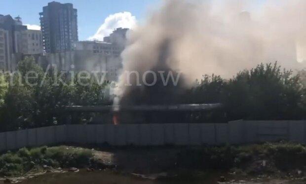 Потужна пожежа спалахнула в центрі Києва, все в диму: перші подробиці і кадри НП