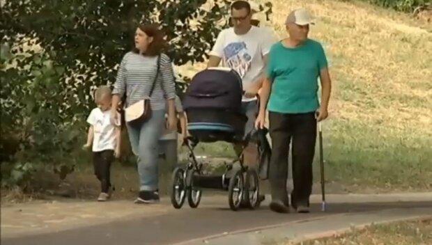українці, сім'я з дітьми, скрін, дитина в колясці, пенсіонер, діти
