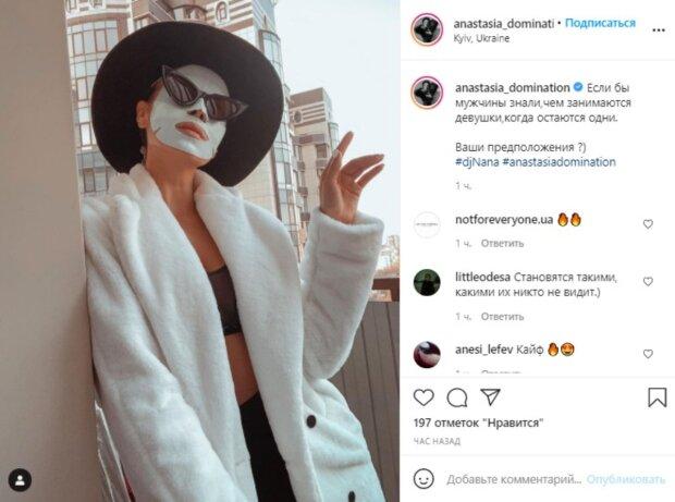 Экс-Nikita Кумейко в лифчике и пальто показала, чем занимается, пока никто не видит: