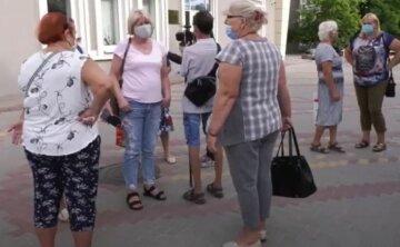 українці, на вулиці, в масках, пенсіонери, пенсіонерки, пенсії