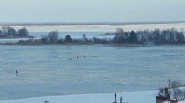 """""""Удалось вытолкать из ледяной воды"""": два украинца спасли жизнь 14-летней девочки ценой своей"""