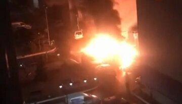 Масштабный пожар разгорелся в киевском ЖК, огонь перекинулся на машины: видео с места