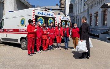 УПЦ и волонтеры передали Пасхальные поздравления и подарки медикам «Скорой помощи» Одессы