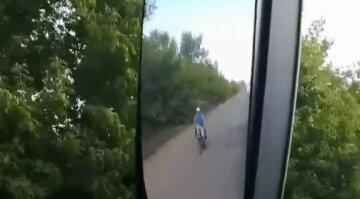 """Водії проклинають роздовбану дорогу під Дніпром, відео: """"На велосипеді швидше"""""""