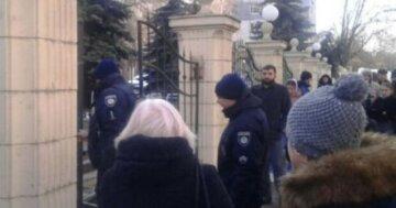 Нова НП сколихнула Одесу, злетілися екстрені служби і вибухотехніки: людей виводять на вулицю