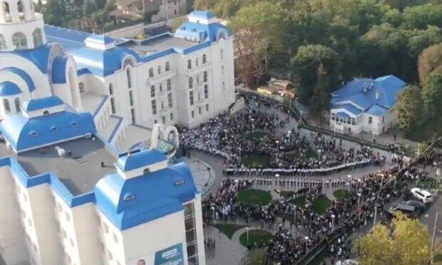 """""""Угощали из одной ложечки"""": вспыли скандальные детали массовых гуляний в школе Одессы, видео"""