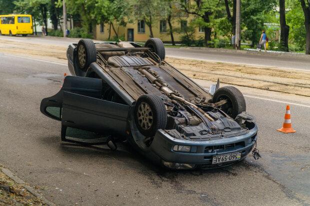 V-Dnepre-na-prospekte-Mazepy-perevernulsya-avtomobil-Samsung-postradali-muzhchina-i-rebenok-6