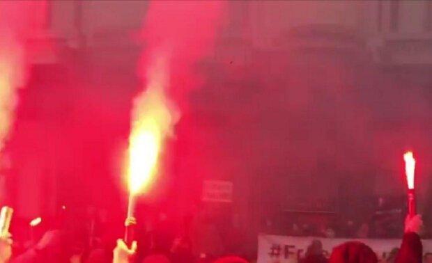 Украинцы взбунтовались после слов Зеленского, под Офисом огонь и дым: кадры и подробности