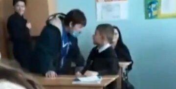 """Прибиральниця дала ляпаса школяреві на очах у дітей, вчителька кинулася розбороняти, відео: """"Ти сопля"""""""