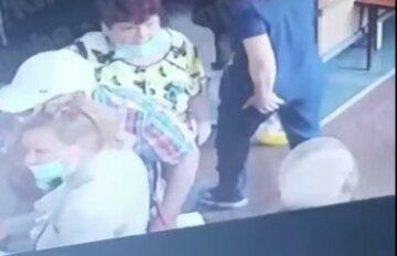 """""""Несла гроші на операцію"""": літню українку пограбували по дорозі в лікарню, злодії потрапили на відео"""
