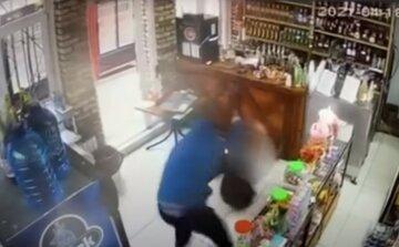 У хід пішла біта і зброя: чоловіка жорстоко побили на камеру спостереження, відео