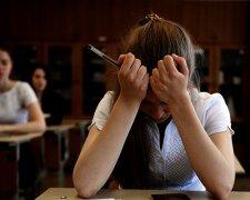 грустная школьница,