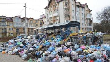 Жители элитного района рискуют захлебнуться  мусором в Одессе: кадры  поражают