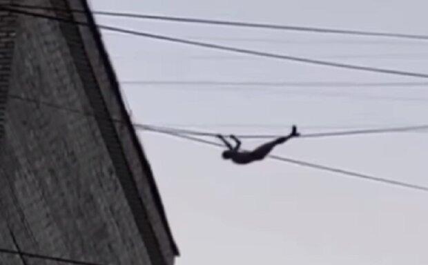 Украинец перемещается между многоэтажками по проводам: в сети появилось впечатляющее видео