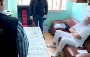 Врача задержали в больнице Одессы, фото: «требовал до 400 тыс. за операцию»
