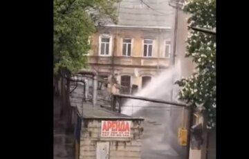 Мощный фонтан ударил во дворе многоэтажки, водой заливает дом в Одессе: видео ЧП