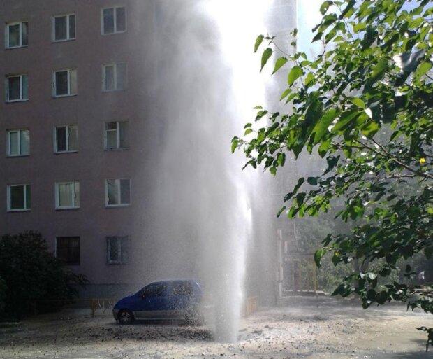 Гігантський фонтан вдарив з-під землі в Києві, вода з камінням побила квартири та авто: кадри НП