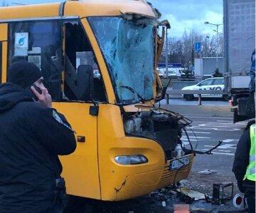 Переповнена маршрутка влетіла у вантажівку в Києві, швидкі не встигають забирати поранених: кадри