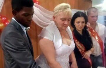 52-летняя женщина вышла замуж за африканца и родила ему близнецов: фото счастливой семьи