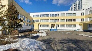 """Коммунальщики поставили под угрозу жизни маленьких киевлян, фото: """"прямо на территории школы..."""""""
